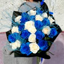 Букет №180  синие и белые розы