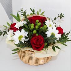 Корзина №45 красные розы и хризантема