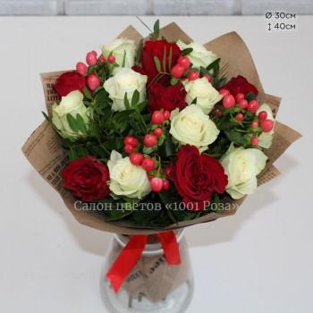 Букет №32  | Контрастный букет из 15 роз в сочетание с другими цветами