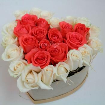 Коробка №17   Роза розовая и белая 29 шт в форме сердца